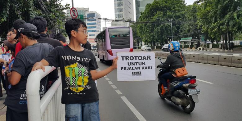 Trotoar di Jakarta Tidak Ramah bagi Pejalan Kaki dan Penyandang Disabilitas
